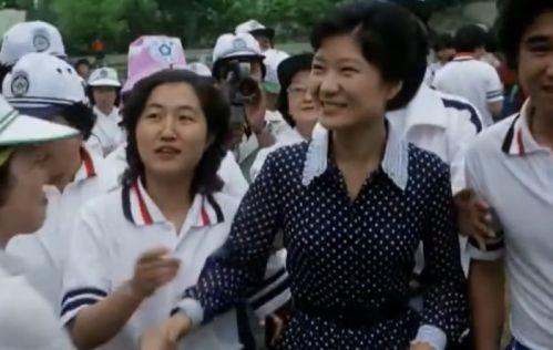 우측이 박근혜 좌측이 최순실로서 당시 두 사람의 나이는 각각 27세-23세였다..jpg